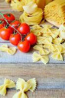 massas variadas e tomate cereja foto