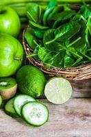 mistura de frutas e vegetais verdes sobre fundo de madeira rústico foto