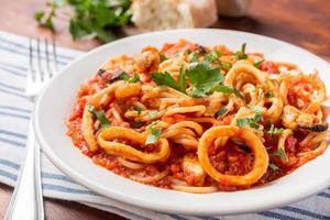 porção de massa de frutos do mar com salsa foto