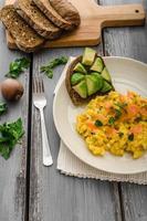 ovos mexidos com salmão e torradas de abacate foto