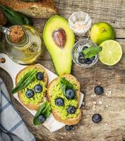 sanduíches com abacate, mirtilos e espinafre foto