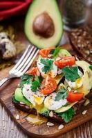 bruschetta com tomate, abacate e ovo de codorna foto