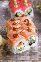 conjunto de rolos de sushi japonês foto