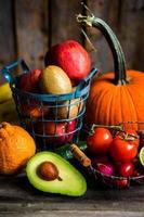 frutas e legumes em fundo de madeira