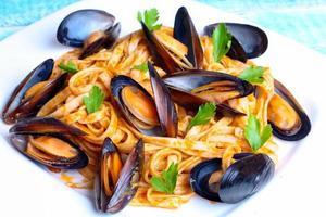 macarrão com frutos do mar mexilhões