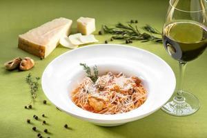 espaguete com mexilhões, molho de tomate e manjericão