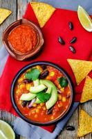 sopa de tortilla de feijão vermelho chipotle foto