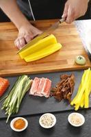 mestre de sushi preparando sushi no restaurante japonês foto