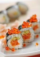 sushi com caviar de salmão e vermelho foto