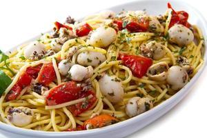 espaguete com choco e tomate foto