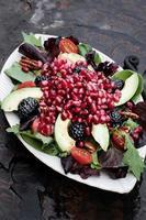 salada de romã, abacate e blackberrry foto