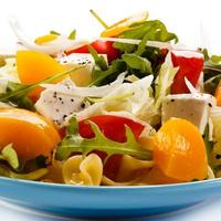 macarrão com queijo feta e legumes foto
