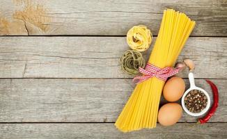 macarrão, ovos e especiarias foto