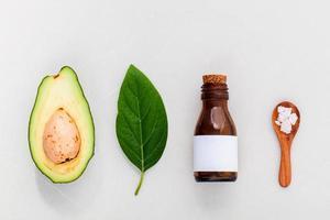 cuidados com a pele alternativos e esfregue abacate fresco, folhas, mar sa foto