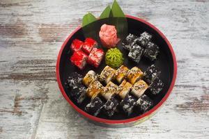 rolo de sushi isolado no fundo branco foto
