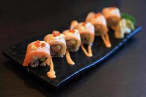 rolos de sushi picante de salmão foto