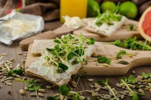 café da manhã saudável, estaladiço com cream cheese orgânico foto