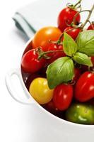 sortidos tomates e legumes em peneira foto