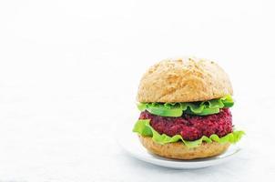 hambúrgueres de quinoa, beterraba e grão de bico