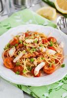 macarrão delicioso fresco com molho de peixe e tomate