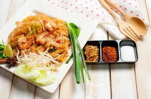 macarrão estilo tailândia, macarrão de arroz frito (pad thai)