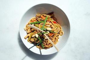 comida asiática (macarrão) foto