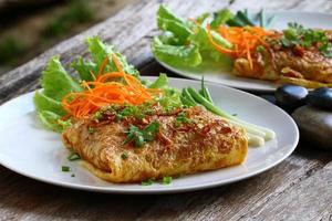 macarrão frito pad tailandês em embrulho foto