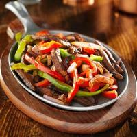 comida mexicana - fajitas de carne e pimentão foto