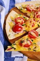 tortilla plana com queijo e legumes foto