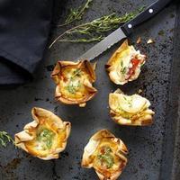mini quiche com queijo de cabra e tomate foto