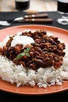 chili com carne e arroz