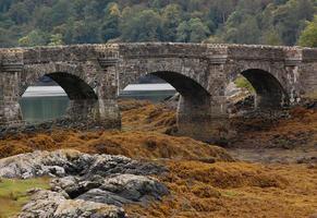 arcos através do castelo de Eilean Donan na Escócia