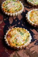 mini quiches de queijo de salmão foto