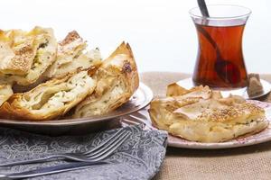 borek turco servido em uma festa foto