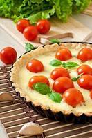 torta com tomate e queijo com manjericão foto