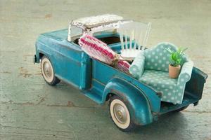 caminhão de brinquedo vintage velho em fundo de madeira foto