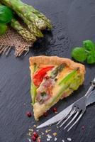 torta de aspargos verdes com ovos e tomate foto