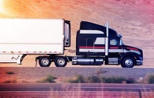 caminhão semi acelerado foto