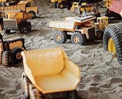 brinquedos de construção velhos e enferrujados na caixa de areia foto
