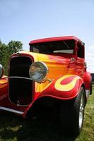 caminhão clássico com chamas foto