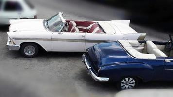 vista de conversíveis de veículos clássicos estacionados foto