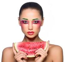 mulher jovem e bonita comendo melancia foto