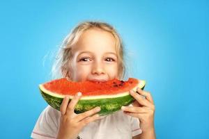 menina com melancia foto