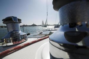 guinchos e convés do veleiro