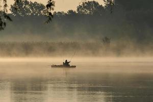 pescador no meio do nevoeiro foto