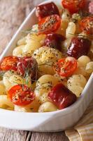 macarrão cozido com tomate cereja e salsichas closeup vertical