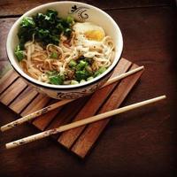 sopa de macarrão udon quente foto