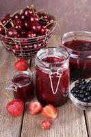 geléia de frutas em frasco de vidro na mesa, close-up foto