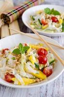 salada tailandesa com macarrão de arroz, manga e tomate cereja