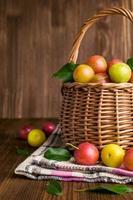 ameixas em uma cesta de vime. foto